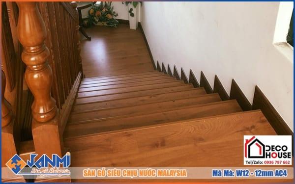 Lát sàn gỗ Janmi W12 bậc cầu thang