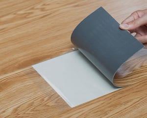 Ưu nhược điểm của sàn nhựa hèm khóa và sàn nhựa dán keo?