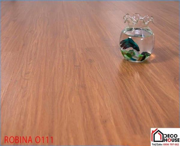 Mẫu sàn gỗ Robina 8mm 0111 với màu cam đỏ dễ kết hợp nội thất